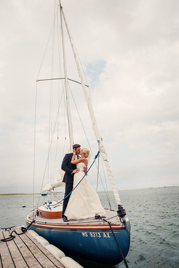 sailing-boat-bride-groom-kissing-610x915